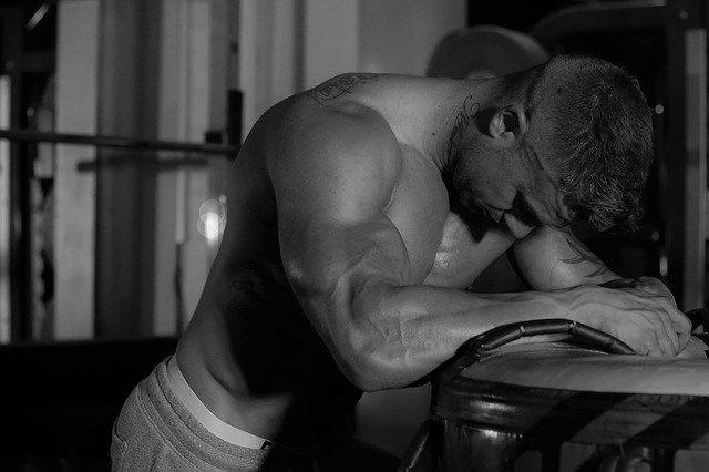 筋肉痛に悩むマッチョ